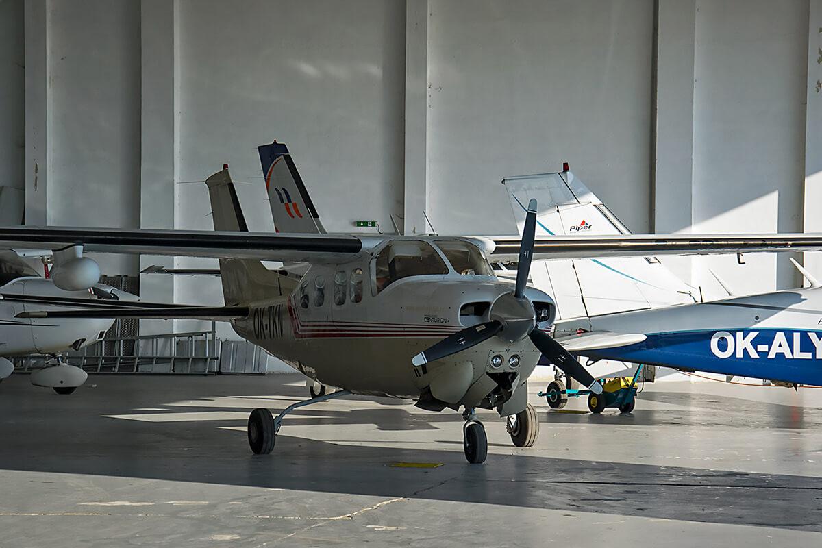 Самолет Cessna в ангаре. Аэроклуб Роуднице над Лабем
