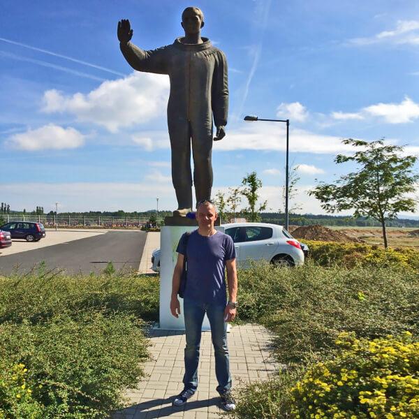 Скульптура Юрия Гагарина украшает воздушные ворота Карловых Вар